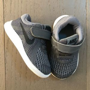 Nike Revolution 4 Toddler Sneakers in Gray
